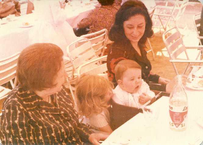 Rosita con su mamá y abuela. Sevilla, 1978
