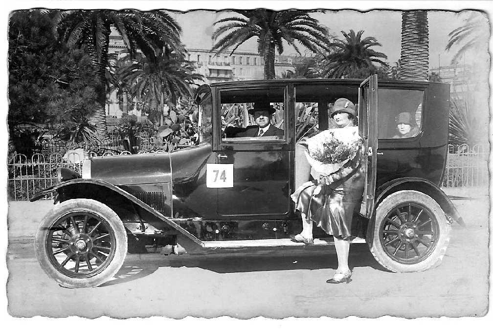 Premiados en el concurso 'Elegancia en automóvil'. Mi madre en el asiento trasero. Niza, Jardins Albert 1er. 1926