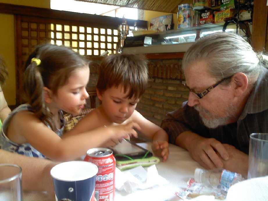 Jugando al ajedrez con mis nietos mellizos, 2011