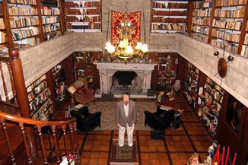 Fernando en su biblioteca