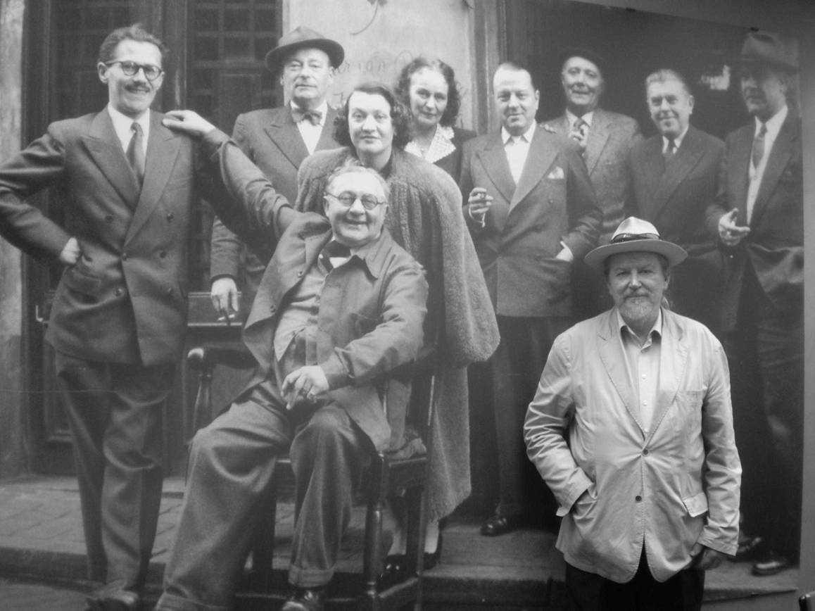 L. Tamaral con sus amigos surrealistas belgas en el café 'La fleur en Papier Doré'. Bruselas, 1953