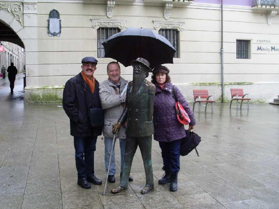 Fernando Usero (1º por la Izq.) y Loly, con Valle Inclán.  Santiago de Compostela. 2014