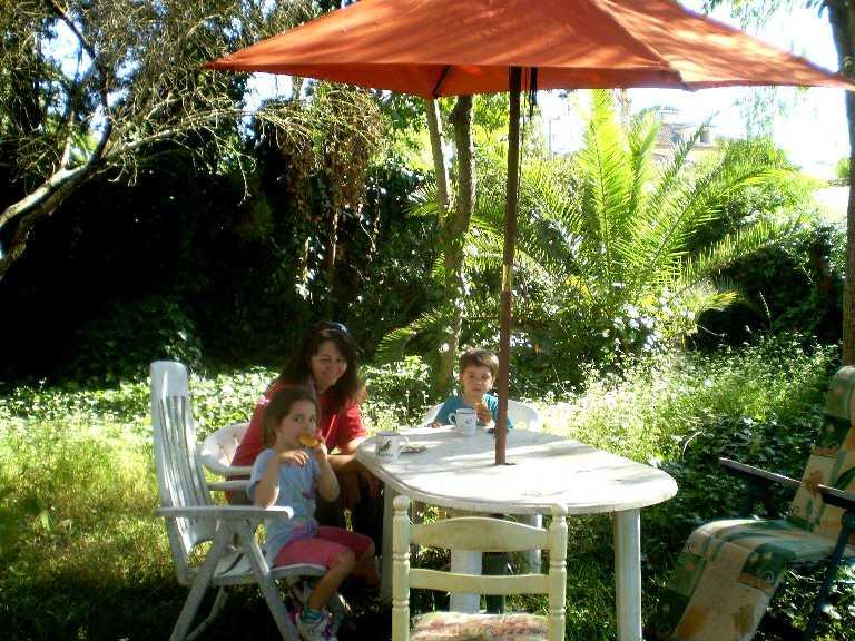 Carminita y los niños en el jardín de la casa. Sevilla, 2012