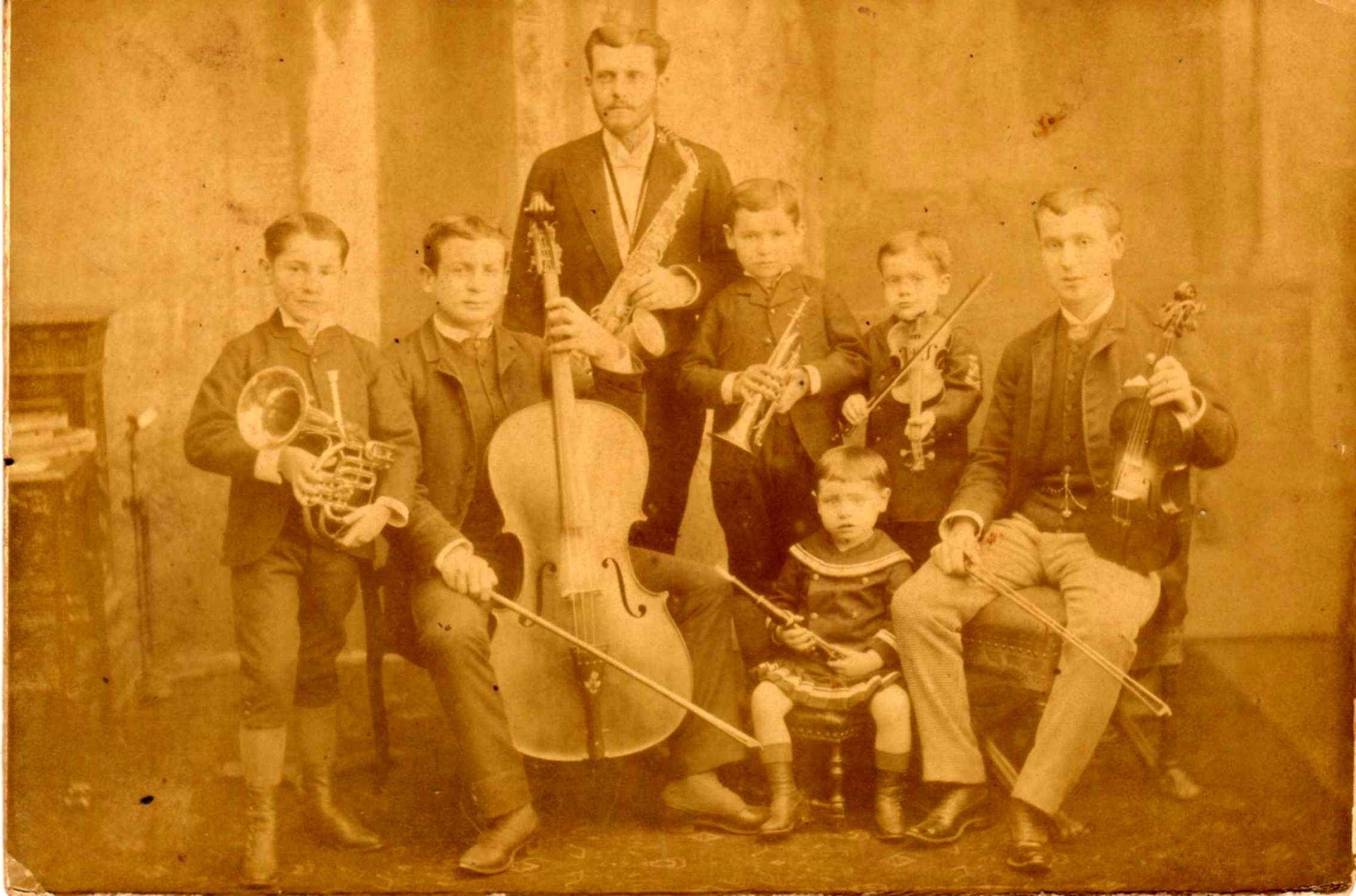 Orquesta compuesta por los hermanos Granda