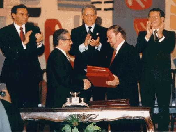 Los cancilleres Fernando de Trazegnies Granda y José Ayala Lasso firman el tratado de paz entre Perú y Ecuador ante los presidentes Fujimori y Mahuad