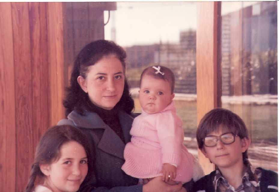 Carmina y sus tres hijos. Torrequinto, 1979