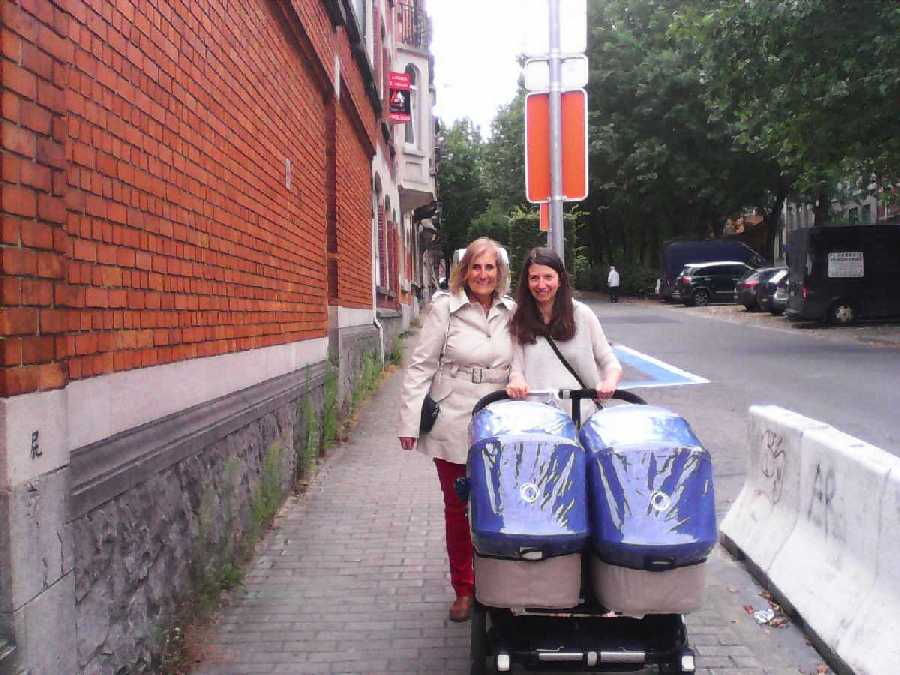 Elena y Rosita en Bruselas paseando a los gemelitos